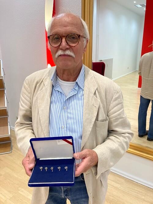 Die Herbert-Höhler-Nadeln werden exklusiv für die VDÄPC, vom Berliner Künstler Axel Schröder-Olbrisch, hergestellt.